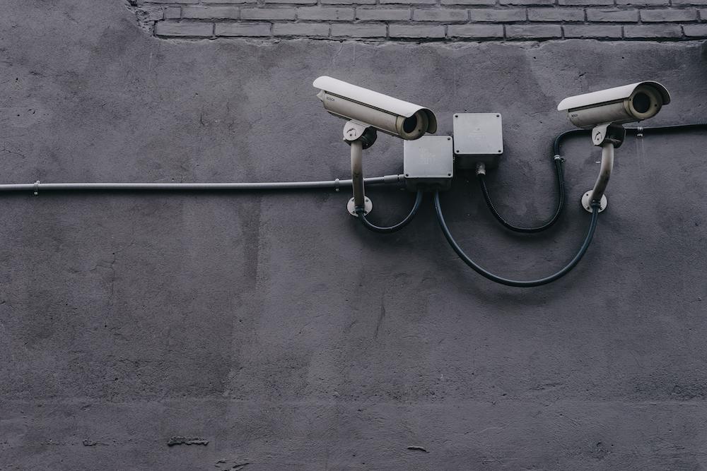 Wand mit Überwachungskamera