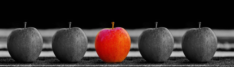 Fünf Äpfel in einer Reihe